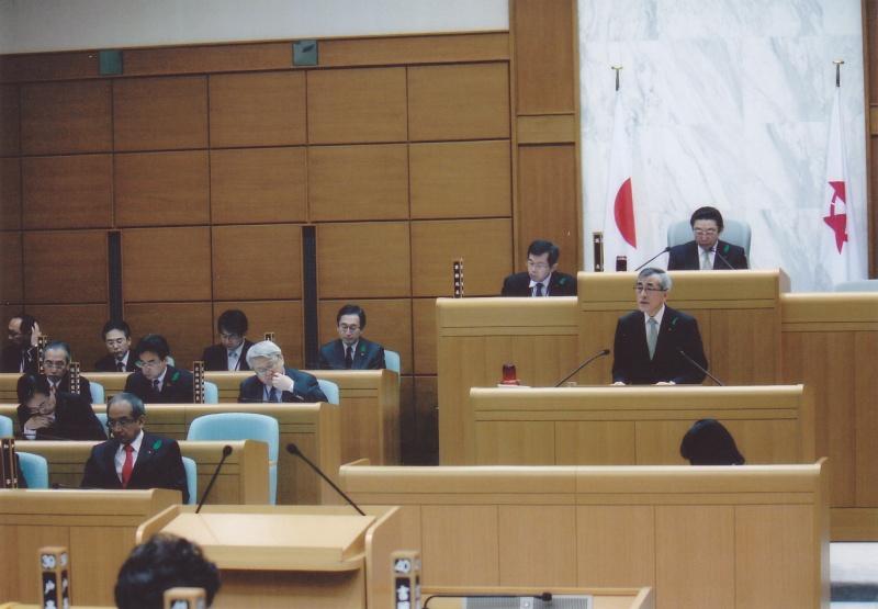 大分県議会で答弁する奥塚正典